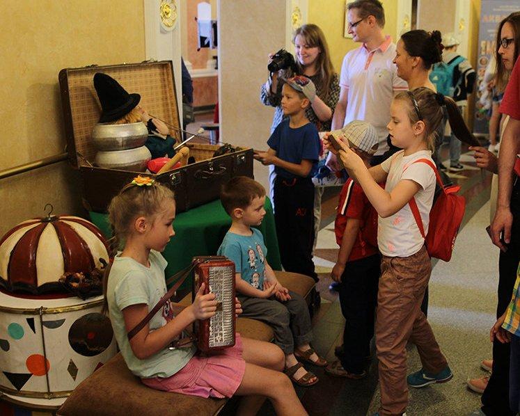 А в холле гостей ждали сотни цирковых экспонатов  силовые гири, костюмы из  перьев, телега и многое другое. А самые настоящие артисты готовы были  научить ... 6c1d39cfa6a